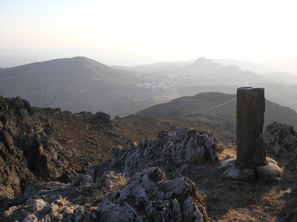 Άποψη από την κορυφή του Τσικνιά. Στο βάθος η Στενή και το Ξώμπουργο